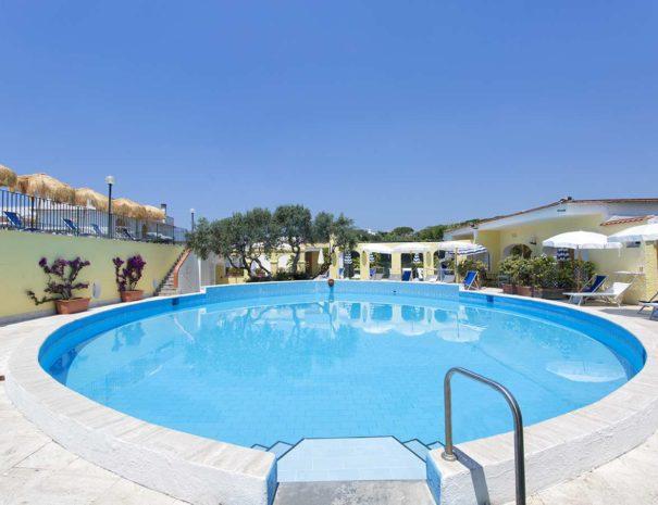Piscina-Esterna-Hotell-La-Scogliera-Ischia (1)