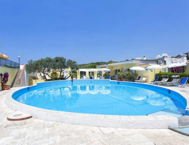 Piscina-Esterna-Hotell-La-Scogliera-Ischia (2)