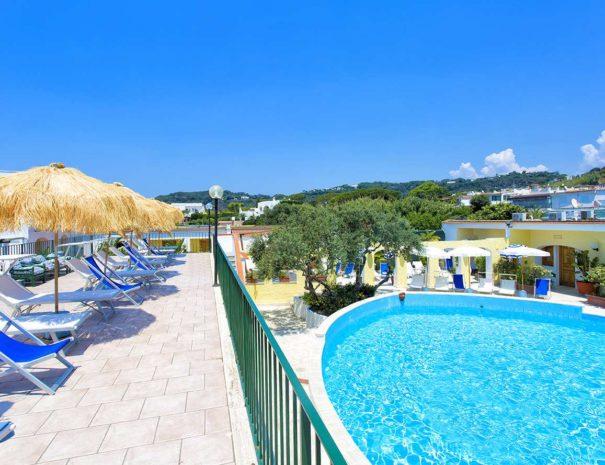 Piscina-Esterna-Hotell-La-Scogliera-Ischia (4)