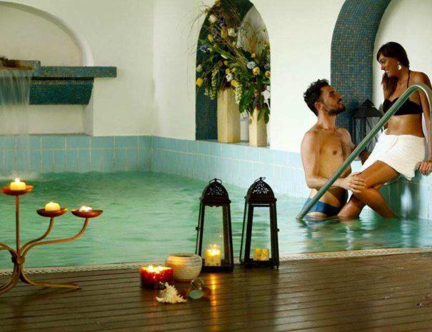 Piscina_oligominerale_interna_Hotel_La_Scogliera
